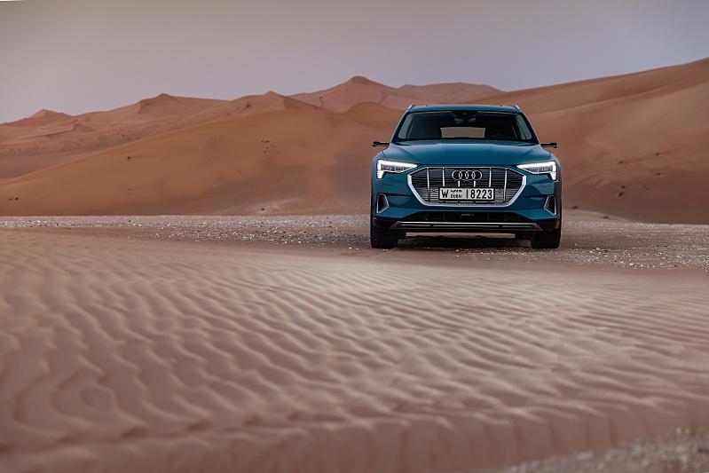 Audi e-tron v poušti