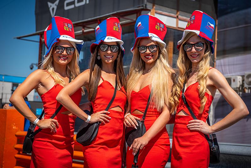 NASCAR v Mostě trochu jinak - půvab na startovním roštu